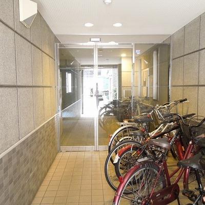 自転車置場はエントランス横です
