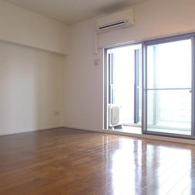 大きな窓、明るいお部屋。