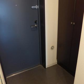 玄関は狭くはない。シューズボックスも付いています!※写真は別部屋です。