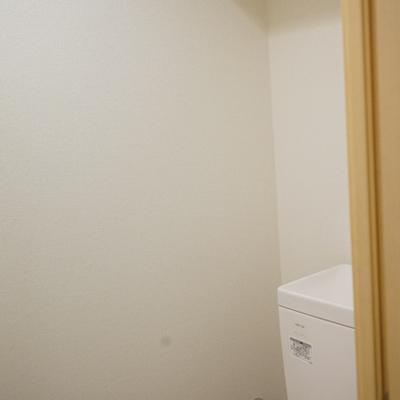 トイレは上部に収納棚つき。