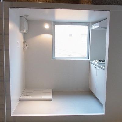 キッチン前に洗濯機置き場あります。