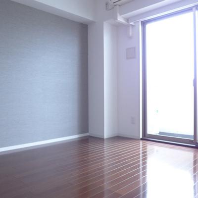 東向きの窓から光が沢山♪※写真は別部屋になります。