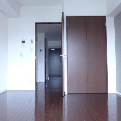 窓からの眺め。濃い目の茶色で落ち着きます!※写真は別部屋になります。