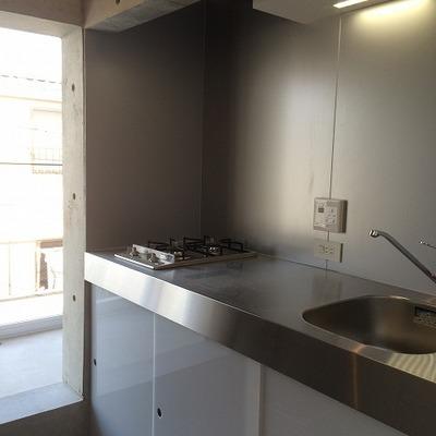 キッチンはガス2口でシンプルだけどいい感じ。 ※写真は別部屋