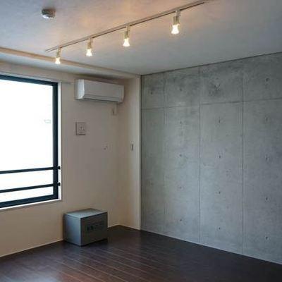 壁の一面はコンクリート ※写真は別部屋です