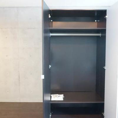 可動式の収納。棚つきで便利。 ※写真は別部屋です