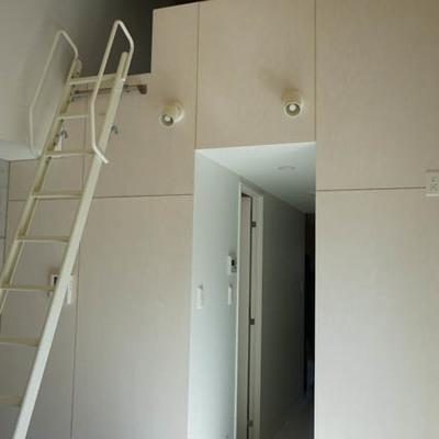 ロフトへは階段風はしごで。※写真は別部屋です。