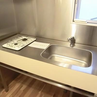 ステンレスキッチンが厨房の様です。※画像は別室です