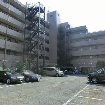 駐車場に駐輪場は広さ十分。