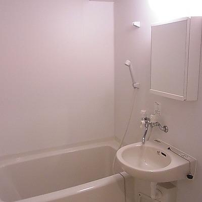 真っ白お風呂。※写真は別部屋です