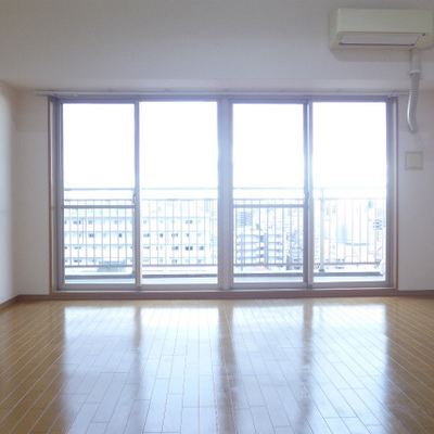 15帖あるLDKは窓も大きく明るい空間です。