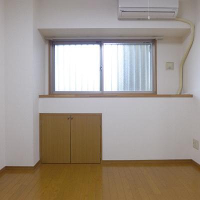 北側に6帖の洋室ありますよ。