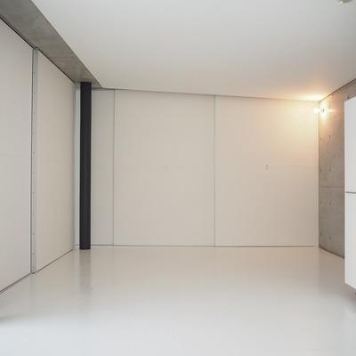 壁の向こう側にキッチンが隠れています。