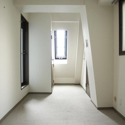 2階に上がると7.4帖ほどのカーペットの洋室