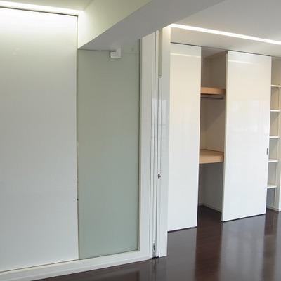 お部屋は二つに仕切ることができます。