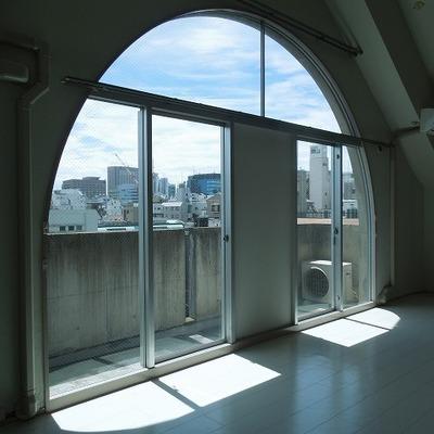 アーチ窓と大階段
