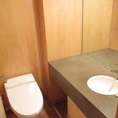 独立洗面台、トイレ。