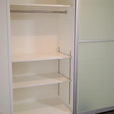 洗濯機の横の棚です。タオルなど置くイメージです。※画像は別部屋