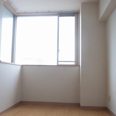腰窓が大きくカウンタースペースもあるので便利です