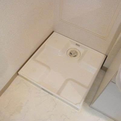 洗面台の横に洗濯機は設置します。