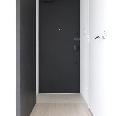 玄関がブラックでかっこいい