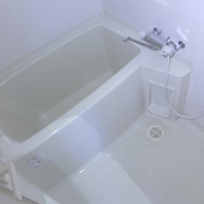 白でピカピカのお風呂!