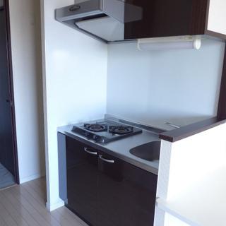 キッチンは2口ガスコンロ!横にカウンター付き。