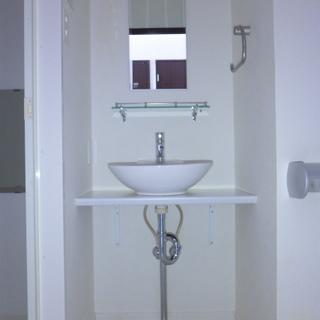 洗面台はシンプル。収納は工夫しましょう!