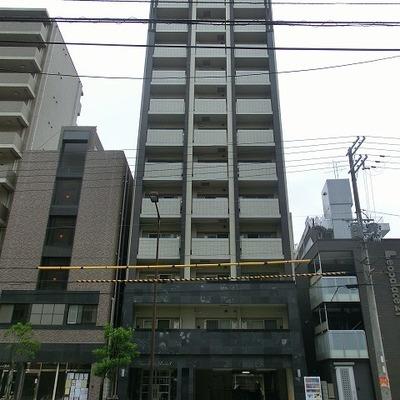 駅前に建つ12階建てマンション