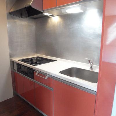 赤いキッチンが可愛い