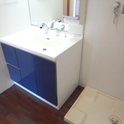 洗面台はブルー