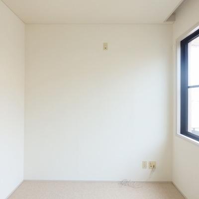 寝室には大きな窓があります