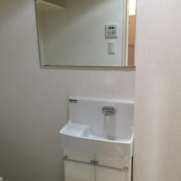 トイレにも小さめ洗面台