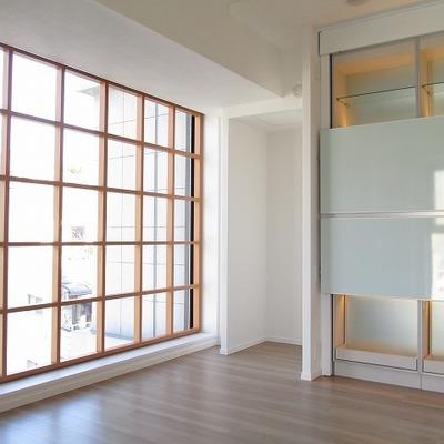 木枠の格子が特長の大きな窓
