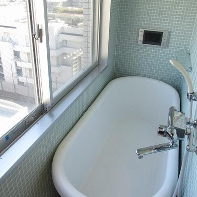 お風呂の横に窓。開放感があります。 ※写真は別部屋です。