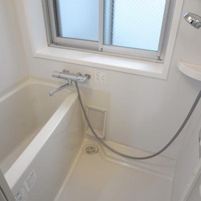 お風呂は窓付きですが、浴槽が狭めです