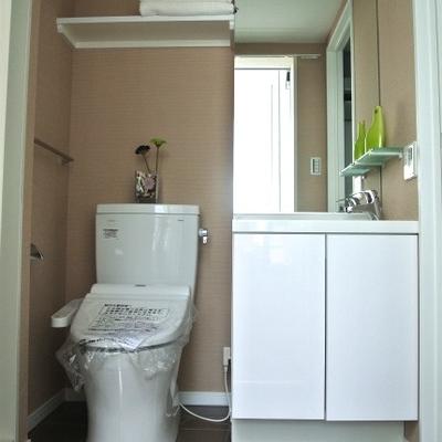 トイレの隣に洗面台。※画像は別部屋