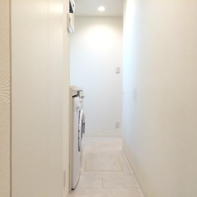 お部屋に入ると長い廊下が続きます