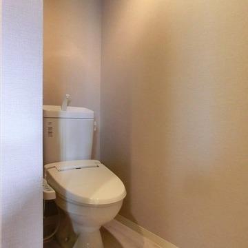 トイレは半分仕切られた感じ