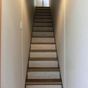 玄関入って直ぐに階段です。