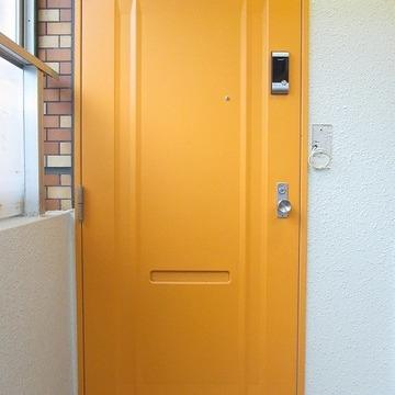 オレンジ色のドアがお出迎え。