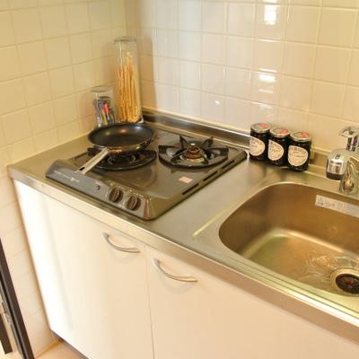 キッチンは2口。スペースは狭いけど。※写真は801号
