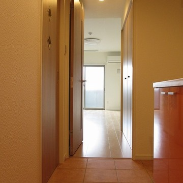 玄関から居室へ向かって。土間~