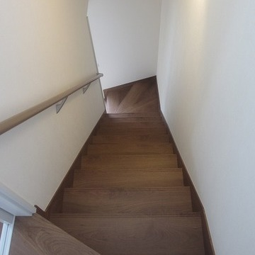 立派な階段。まるで戸建のよう。