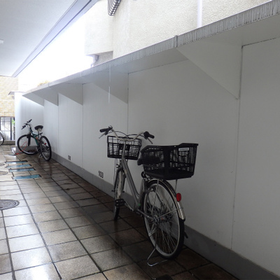 部屋の前の駐輪スペースです。