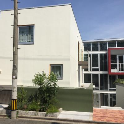 お部屋は建物の左側から入っていきます