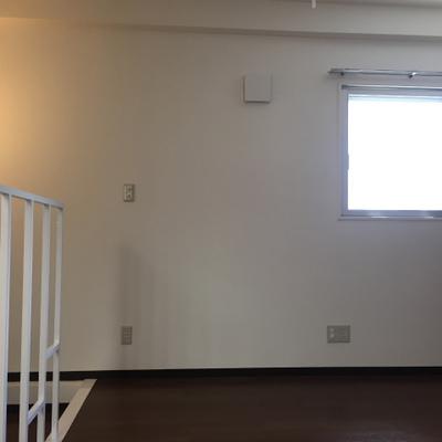 1階の洋室。小窓。