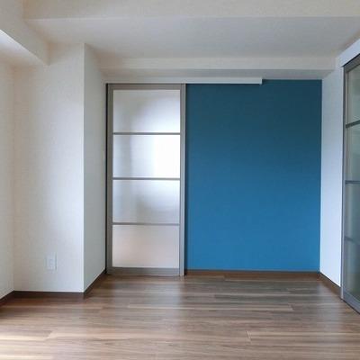 寝室はブルーの壁がアクセント。