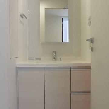 ゆったり仕様の独立洗面。壁には収納が備わっています。