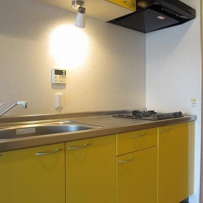 ポップな黄色がかわいらしいキッチン